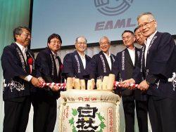 鏡割りに臨む山田社長(中央)。左から3人目は明電舎の浜崎社長、同5人目は中国電力の清水社長