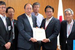 中川担当相(左から3人目)に要望書を手渡す渕上会長(右から2人目)