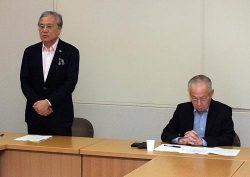 初会合であいさつする坂村座長(左)。右は大石会長