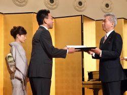 勝野社長(右)から感謝状を受け取る対象者代表