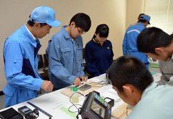 参加した高校生が超音波による探傷試験に挑戦した