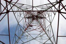送電線の鉄塔も、見方によっては一種の造形美が感じられる(写真は国内の超高圧で送電線の鉄塔を直下から見上げた様子)