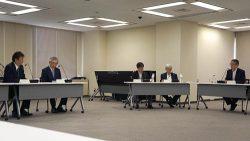 原子力規制委員会に原子力事業者としての主体性などを説明する東電HDの小早川社長(左=30日、東京・六本木)