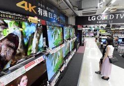 売り場には4Kテレビの新製品が多数並ぶ(東京・千代田区のビックカメラ有楽町店)