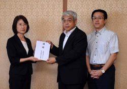大曲副知事(左)に目録を手渡す豊馬支社長(右から2人目)