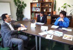 タカワ精密の渡邉取締役(右)と話し合う官民合同チームのメンバー。地元企業とは毎回踏み込んだ議論が行われる