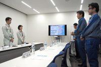 福島第一の新事務本館で小早川社長(右から2人目)と会談する米山知事(左=4日)