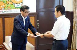 中村知事(右)から了解文書を受け取る佐伯社長(8日、愛媛県庁)