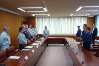 日本原燃の工藤社長(左から3人目)らに訓示を行う世耕経産相(20日、青森・六ケ所村)