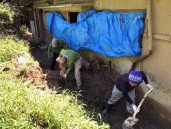 土砂をかき出す作業に取り組む参加者