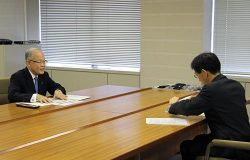 藤田副知事(右)に新規制基準の適合性審査や中間貯蔵施設の状況について説明する豊松副社長