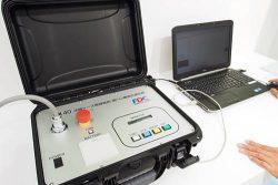 電力ケーブルの不具合を活線下で確かめられる測定器。パソコンと接続し測定データの利活用も可能だ