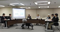 規制委員を前に女川・東通両発電所の「再出発」に取り組む姿勢を示した原田社長(左から2人目)