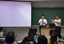 実験器具の使い方を指導する萩原准教授(左)