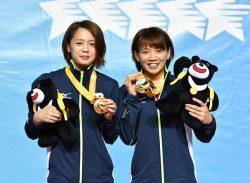 金メダルを手にする成本選手(右)と山本選手(日本卓球株式会社提供)