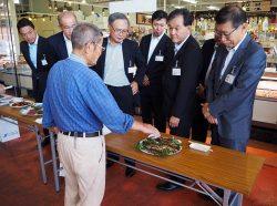 試食会に参加するふくしま応援企業ネットワークの魚住会長(右から4人目)と副会長の大倉東電HD福島復興本社代表(右から2人目)