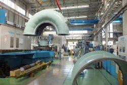 福島事業所の水車加工ライン。天井クレーンや大型旋盤などが並ぶ