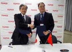 MOU署名後に握手を交わす武部所長(左)と李董事長