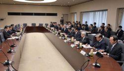 世耕経産相と会談する原子力事業者11社の社長(右列)