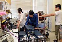 EV用スマートチャージャーのミニモデルによる実証に取り組む学生