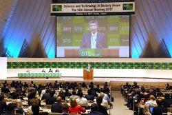 「研究とイノベーション」をテーマにした全体会議で講演する湯川氏