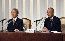 共同会見に臨む経団連の榊原会長(左)と道経連の高橋会長