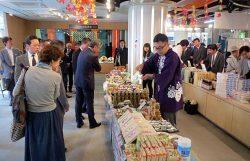 会場は初日から奥会津の特産品を買い求める来場者でにぎわった