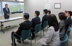 購買センター発足に当たり社員への期待を述べる須河社長(左)