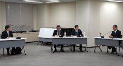 再処理工場の今後の審査対応などを説明する工藤社長(左。11日、東京・六本木)