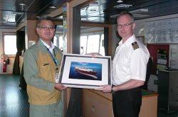 川越火力発電所の戸塚所長(左)と1000隻目となったアルハムラ号の船長