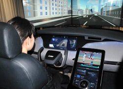 「E-MIRAI4」の車内。運転席は奥行き感が表現できるディスプレーなどを配置した