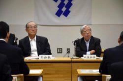 「競争に打ち勝つコスト構造へ転換を」と訴える瓜生社長(右、左は貫会長。18日、福岡市)