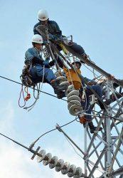 鉄塔上で電線撤去に取り組む東電PG社員