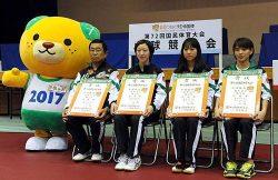 広島県代表として国体に出場、準優勝した中国電力女子卓球部の選手。左は松岡監督(提供=日本卓球)