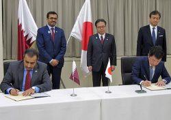 基本協定書に署名する宮本・NEDO副理事長(前列右)と、クワリ・カタール電力m・水公社総裁(前列左)
