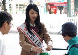 街頭PRで花の苗を配布する柚木さん