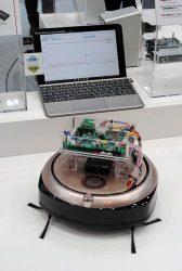 リファレンスボードを設置したお掃除ロボット。奥のパソコンに充放電状況が表示されている