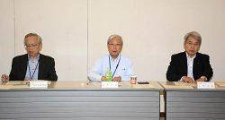 会議で発言する瓜生社長(中央)、山崎カンパニー社長(右)、小野カンパニー副社長(左)