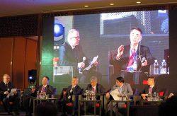 パネル討論で発言する清水社長(左から2人目)。左から3人目は見學常務執行役