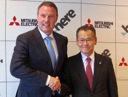 会見後握手するHEREのエザード・オーバービークCEO(左)と、三菱電機の井口専務