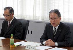 あいさつする佐竹社長(右)。左は矢萩保雄会長