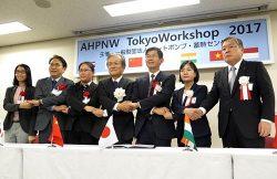 ヒートポンプ給湯機の普及に向けた声明を発表した小宮山理事長(中央)