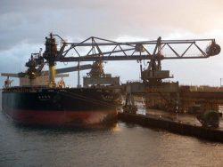 北海道電力の石炭専用船「樽前山丸」からの荷揚げで累計1億トンを達成した