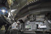 プラズマを閉じ込める真空容器サーマルシールドの下部。磁場コイルの設置が進むと次第に見える面積が少なくなる。入り組んだ空間を作業員がくぐり抜けながら工事が進められていた