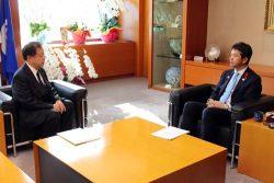 大井川知事(右)に対し、東海第二の運転期間延長認可申請を24日に行う意向を伝えた村松社長(左。21日、茨城県庁)