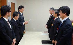 鈴木副知事(右奥)に福島第一廃炉に向けた主体的な取り組みを報告する小早川社長(左奥)