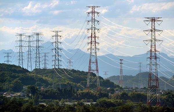 送配電事業が環境変化への対応を迫られている(写真は50万V基幹送電線)