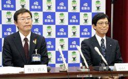 設立会見に臨む松阪市の竹上市長(左)と東邦ガスの中村副社長