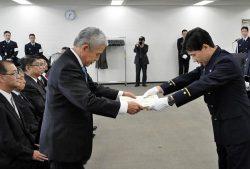東京消防庁から感謝状を受ける電気協会・古澤専務理事(左)