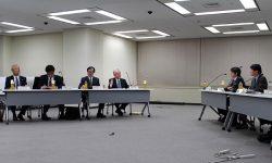 山中委員(右端)、伴委員(右から2人目)と意見交換する事業者の原子力部門責任者(左から中村氏、牧野氏、倉田氏、豊松氏)